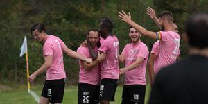 Emir Ragipovic kramas om av lagkamrater efter drömmålet mot Umeå FC Akademi.