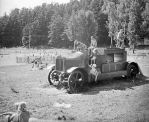Köpingens första brandbil (ursprungligen byggd 1907) blev till lekbil på Nickstabadet i Nynäshamn. Foto: Sven Carlsson/Nynäshamns bildarkiv