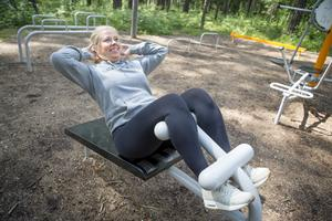 Carolin har själv hittat sina favoriter bland trängsformerna – styrketräning och zumba. Här blir det sit-ups på utegymet i Kusens backe.