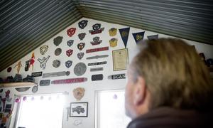 En bild fick LT:s reporter lov att ta i det hemliga rumnmet. På väggen hänger kylardekorationer, skyltar och emblem med anknytning till lastbilar i allmänhet, till Scania i synnerhet.
