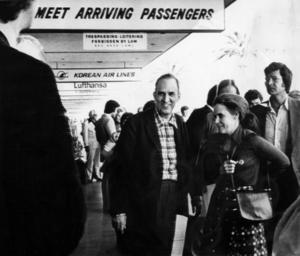 Ingmar Bergman och frun Ingrid von Rosen anländer till Los Angeles efter landsflykten i april 1976, i samband med att han blivit beskylld för skattefusk. Arkivbild.Foto: Doris Nieh/UPI/TT