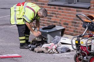 Insatsledaren Joakim Nyberg undersöker kläderna som började att brinna.