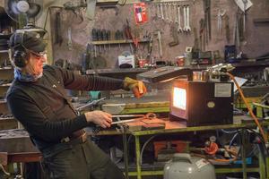 En modern gasolugn har till viss del fått ersätta den mer traditionella ässjan. I ugnen kan Svante Djärv snabbt hetta upp den stålämnen som han ska smida.