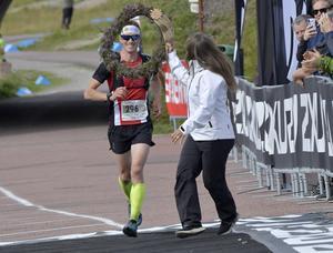 Robin Kantarp, Finspång, vinner herrarnas 45 km och får segerkrans av Pernilla Wiberg.