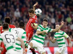 Mikael Lustig i duell med Bayen Münchens Thomas Müller under en Champions League-match i oktober. Bild: TT.