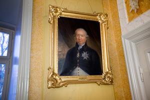I sessionssalen kantas väggarna av porträtt av gamla landshövdingar. Det är idel adliga namn, och bara män.