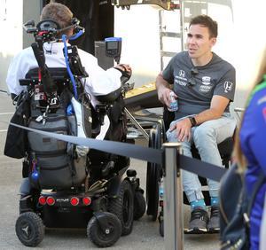 Robert Wickens och teamägaren Sam Schmidt, som själv var Indycarförare men kraschade svårt 200, i samspråk utanför teamets garage.