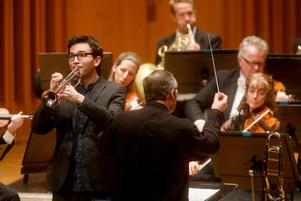 Tom Poulson i Haydns Trumpetkonsert där trombonisten Jonas Bylund dirigerar.Foto: Anders Forngren