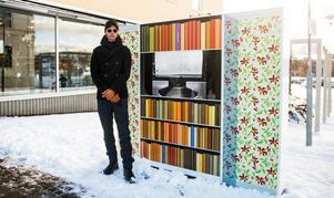 Konstnären Daniel Franzén framför det digitala konstverket på Stora torget i Härnösand.