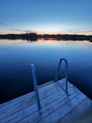 Lugnt vatten efter kvällsbad i Norrfjärd.