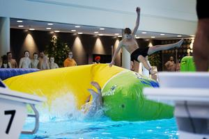 Oscar Åström flyger upp i luften samtidigt som pappa Marcus försvinner ner i vattnet.