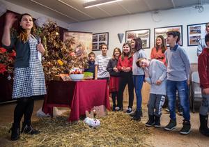 Aktivitetsledaren berättar om de gamla serbiska traditionerna. Barnen, åtminstone gruppen till vänster i bild som kallar sig Galna gänget, kan knappt vänta på allt godis och julklappar som väntar.