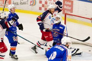 Stefan Holmgren jublar sedan han kvitterat till 3-2 för Sura mot Ore den 9 januari 2011.