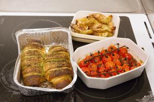 Pestoinbakad kycklingfilé med klyftpotatis och en tomatröra med  haricorverts var meny som skulle tillredas.