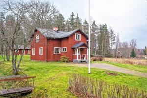 Vinden på Karlborn 36 i Sundborn är delvis oinredd. Foto: Länsförsäkringar Fastighetsförmedling Falun