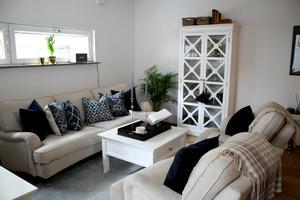 Vitt, beige, blått och svart i Carins stilrena vardagsrum.
