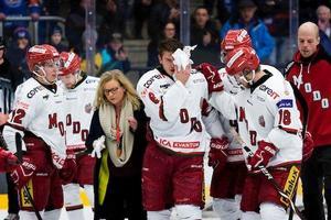 Emil Carnestad hjälps av isen i Oskarshamn. Foto: Bildbyrån