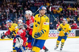 Alexander Wennberg gjorde två mål direkt i första matchen i VM för Tre Kronor. Foto: Joel Marklund / Bildbyrån