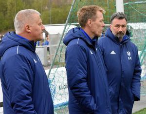 Andretränarna Morgan Kullberg och Mikael Stenqvist samt lagledaren Göran Karlsson ser på när spelarna värmer upp inför träningen.