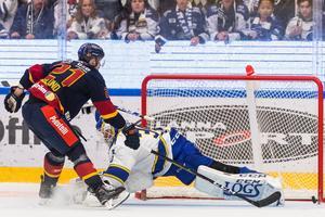 Djurgårdens Patrik Berglund lurar bort Leksandsmålvakten Janne Juvonen och gör 0–3 på straff i andra perioden. Foto: Daniel Eriksson/Bildbyrån.