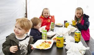 Syskonen Noah, Zack, Ella och Ebba har satt sig i ett tält för att äta lunch.