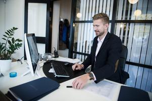 Lundström har hunnit jobba några veckor som fastighetsmäklare. Det har mest blivit värderingsuppdrag under inledningen, men snart ska han komma igång med försäljningar.