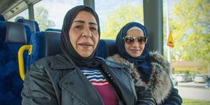 """""""Jag tar bussen varje dag till jobbet. Tack till kommunen"""", säger Myasr Asotari som åker tillsammans med Rita Abara."""