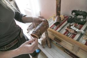 Handledsskydd i läder, sporrar och olika betsel. I bostadshuset finns allt som en cowboy kan behöva.