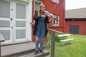 Folkfesten arrangeras ideellt av föreningen Folkärna folkfest. Det är Elinne  Leanderson-Andréas och hennes bror Anton Leanderson-Andréas som har skapat evenemanget.