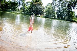 – Det var skönt,  men kallt, säger Ajan Melinson, men springer snabbt ner i vattnet igen.