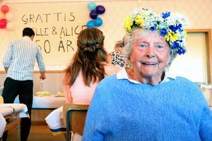 Alice Wikberg, 90-årsjubilar, firade med öppet hus på Munkbysjöns bygdegård. Festdagen till ära hade hon klätts i blommig krans.