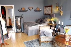 Kombinerat sovrum, vardagsrum och arbetsrum.