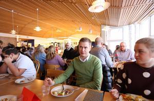Utbildningsminister Gustav Fridolin i Hälsinggårdsskolan i Falun vid ett tidigare besök.
