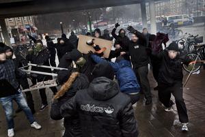 I december 2013 gick ett 50-tal medlemmar av NMR, som då kallade sig Svenska motståndsrörelsen, till attack mot en antirasistisk demonstartion i stockholmsförorten Kärrtorp. Kärrtorp på söndagen.