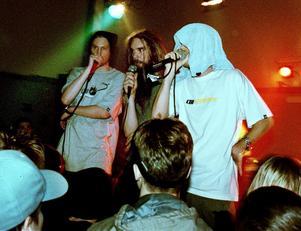 Looptroop Rockers, Sveriges största hiphop-export någonsin, gjorde en uppskattad spelning på Önsta fritidsgård år 2000. Bild: Erik Svensson