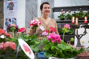 Floristen Karin Lüdicke från Bräcke fanns på plats med blommor och annat.