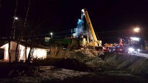 Foto: Jan Gustafsson                                                                                                    Kranbilen på plats under natten mot måndag för loklyftet.