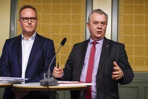 STOCKHOLM 2017-01-04På onsdagen överlämnande den parlamentariska landsbygdskommitténs ordförande Johan Persson (t.v.) utredningens slutbetänkande till landsbygdsminister Sven-Erik Bucht (t.h.).