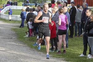 Skidstjärnan Daniel Richardsson mot mål efter sina åtta kilometer.