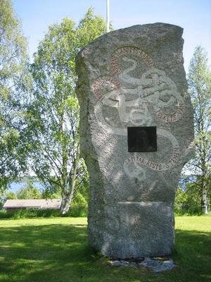 Minnessten till minne av Georg Adlersparre, efter väg 321 i Hovermo. Inskriptionen med runliknande bokstäver  lyder: Fäderneslandets räddare. Frihetens väktare. Folkets vän. Jämtar reste stenen. Den svarta ytan mitt på stenen är en plåtrelief föreställande Georg Adlersparre. Foto Seved Johansson