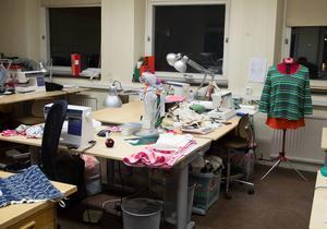 Textilutbildningen lockar många kvinnor och Birgitta Persson vill att den finns kvar som motpol till andra manliga yrkesvux-utbildningar.