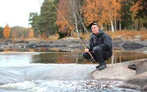 """Den låga vattennivån har gjort att fisken nappat bättre för Göran Gustafsson och de andra sportfiskarna. """"Men kanske leder det också till ökade elpriser"""", befarar han. Foto: Lisa Persson"""