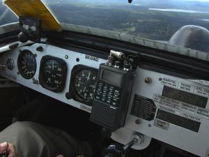Full kontroll. Med de nödvändigaste instrumenten kan Ingmar Lind ha full kontroll på motorseglaren. Till vänster variometer (visar stig och sjunk i meter per sekund), fart och höjdmätare. Till höger digitala instrument för bland annat oljetemperatur. Foto:Göran Persson