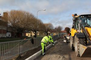 NCC har fem man som mest igång vid Gnarps skola. Grävaren från Hudiksvall har tagits in via maskincentralen GMT i Gävle