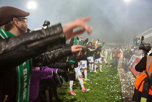Brage hyllas av supportrarna efter matchen mot Sandviken.
