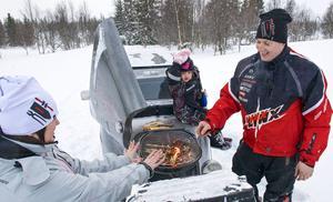 – Klart att en grill ska vara en grill, säger Peter Halvarsson, som var less på att skotta en halvtimme på fjället för att kunna grilla med familjen. Nu parkerar han skotern och fäller ut grillen; det tar tio sekunder .