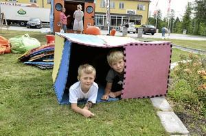 Eget Hus. Richard Lundblad och Joel Bresjö hann att bygga en egen koja innan bibliotekspersonalen var helt klara med att ställa upp sina saker.Foto: Michael Landberg