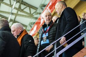 Eje Lindström, en av tre spelare som hänger i taket på NHK Arena. På fredagen var han på plats med många andra av klubbens legendarer.