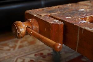 Håkan köpte en hyvelbänk via internet, sågade av underredet och satte på hjul. Soffbordet har nu spår av svunna tiders träslöjdslektioner.