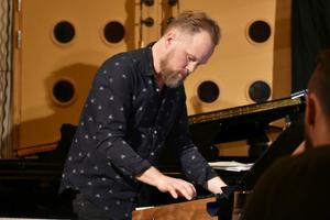 Jesper Nordenström, piano och keyboard.